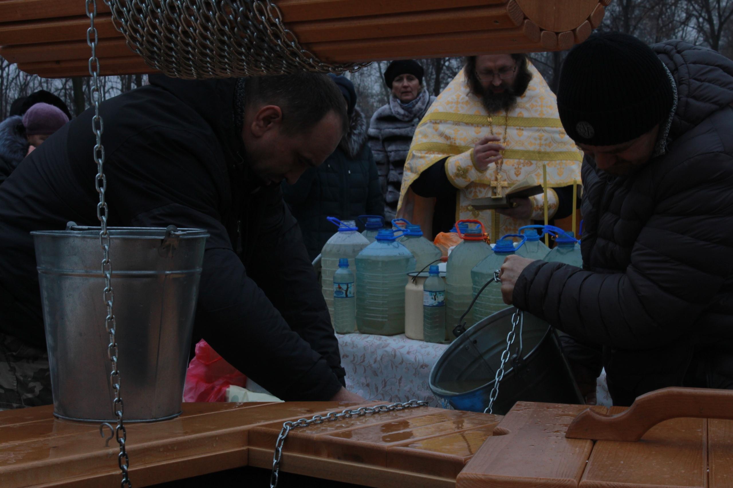 В день Богоявления в Никуличах освятили воду у нескольких колодцев