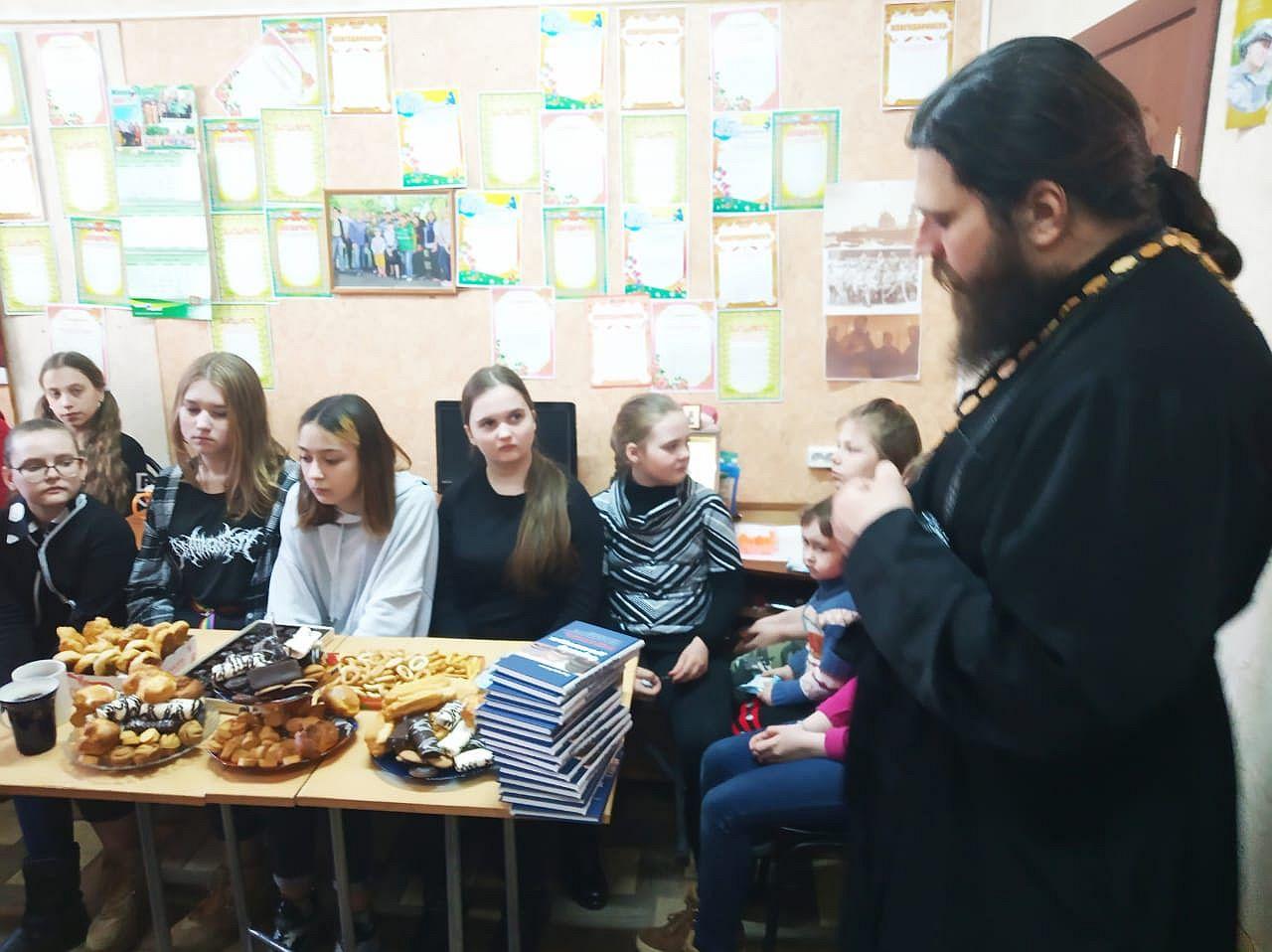 В преддверии Дня космонавтики в Авиагородке состоялась познавательная встреча молодежи с участием священника