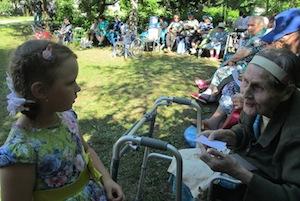 Для жителей Мальшинской богадельни организовали концерт на открытом воздухе