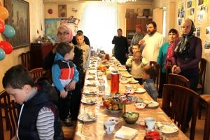 Праздничный обед и пасхальные подарки для тех, кто особо нуждается в заботе и внимании